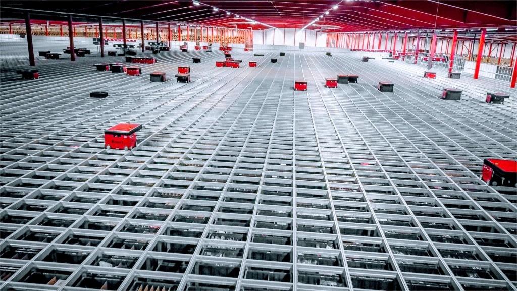 Oversiktsbilde over Boozt sitt enorme robotlager med AutoStore roboter